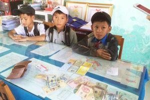 Ba học sinh nhặt được tiền trả lại người đánh rơi