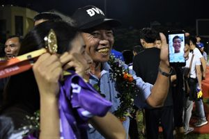 Văn Hậu vắng mặt, bố mẹ đến Quảng Ninh nhận thay huy chương