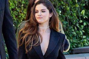 Selena Gomez diện vest không nội y