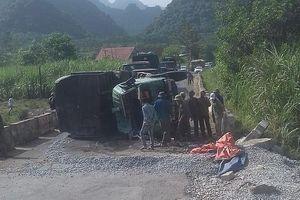 Xe tải chở đá bất ngờ bị lật, tài xế tử vong trong cabin