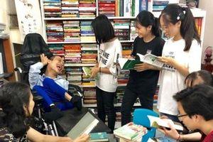 Chàng thủ thư khuyết tật lan tỏa niềm đam mê đọc sách cho giới trẻ
