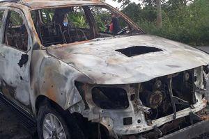 Toyota Fortuner cháy rụi khi chạy trên đường
