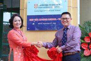 Hà Nội: Gắn biển mã trường Cambridge International VN283 cho trường THPT Chu Văn An