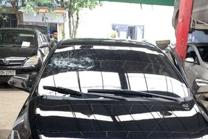 Nam thanh niên vác gậy đập vỡ tan kính xe ô tô đỗ dưới lòng đường