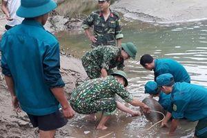 Bom 'khủng' nặng đến 343 kg được nhô lên trên dòng Nậm Mộ