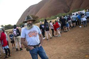 Australia: Khách du lịch đổ xô đến núi Uluru trước lệnh đóng cửa