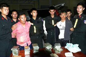 Bị chặn bắt, 2 kẻ vận chuyển 30 bánh heroin điên cuồng lao ô tô vào xe cảnh sát