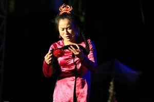 Danh hài Hoài Linh giả làm mẹ Chí Tài trong live show