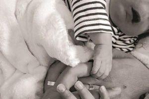 Đình chỉ bác sĩ siêu âm cho bé trai chào đời không có mắt mũi