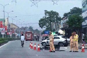 Xe khách đâm nát ô tô con ở Nghệ An, 3 người tử vong tại chỗ