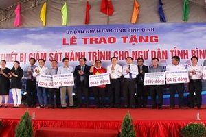 Nguyên Chủ tịch nước Trương Tấn Sang tặng thiết bị giám sát hành trình cho ngư dân