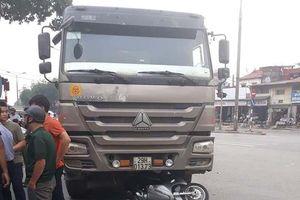 Va chạm với xe tải, người phụ nữ điều khiển xe máy tử vong thương tâm