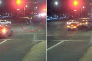Clip nữ tài xế cứu gia đình 3 người thoát chết trước ô tô vượt đèn đỏ