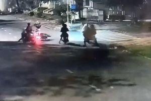 Giật túi xách bất thành, nhóm thanh niên dùng bình xịt hơi cay tấn công nạn nhân