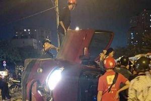 Ô tô Ford Ecosport tông dải phân cách lật nhào, cả nhà thoát chết