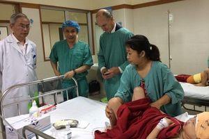 Bác sĩ người Mỹ phẫu thuật thành công cho cháu bé bị dị tật hiếm gặp