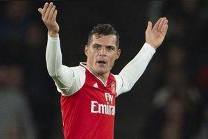 Đội trưởng Arsenal cởi áo, khiêu khích CĐV nhà sau khi bị thay