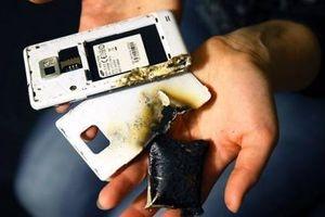 Vừa sạc vừa dùng điện thoại: Cẩn trọng 'tiền mất tật mang'