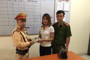 Người dân nhận lại ví tiền từ CSGT sau 30 phút đăng tin trên MXH