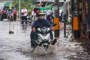 Tuyến đường khu nhà giàu Thảo Điền bị triều cường 'bao vây', giao thông tê liệt