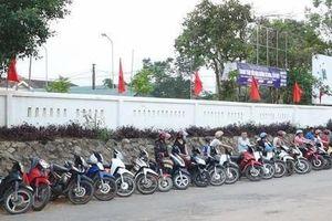 Những hàng xe thẳng tắp trước giờ tan trường ở Hà Tĩnh