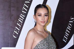 Hoa hậu Tiểu Vy, Thu Ngân gợi cảm trên thảm đỏ Tuần lễ Thời trang
