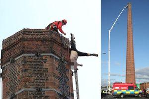 Nghẹt thở 15 giờ giải cứu người đàn ông treo ngược trên đỉnh ống khói cao 88m