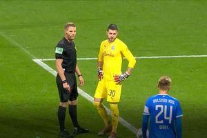 CLIP: Ngồi dự bị, cầu thủ vẫn 'báo hại' đội nhà bị penalty