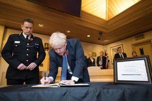 Vụ 39 thi thể trong xe container: Thủ tướng Anh chia sẻ gì trong sổ tang?