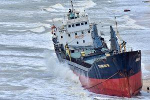 Tàu tuột neo khi bão đổ bộ, 48 người trôi dạt trên biển Quy Nhơn
