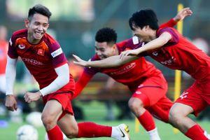 Cầu thủ HAGL chơi đuổi bắt ở bài tập phản xạ của tuyển Việt Nam