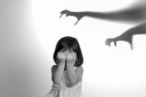 Bé 6 tuổi bị cha dượng nhéo, dí thuốc lá vùng kín có ảnh hưởng sinh lý trưởng thành?