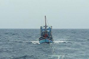 Tàu KN411 lai dắt tàu cá Bình Thuận gặp nạn vào bờ