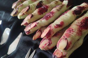 Rùng mình, 'ngón tay dính máu' cạnh chiếc bánh gato