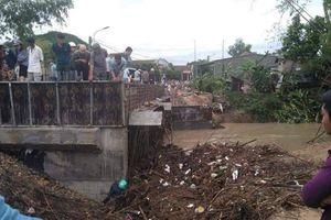 Phú Yên: Người đàn ông chết dưới mố cầu, bị rác vùi lấp sau bão số 5