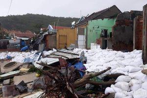 Bão số 5: Sóng đánh sập nhiều ngôi nhà ở Bình Định