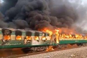 Tàu hỏa ở Pakistan cháy ngùn ngụt, ít nhất 70 người chết