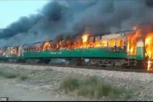 Pakistan: Nổ bình gas trên tàu làm 74 người chết