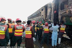Pakistan: Tàu hỏa cháy ngùn ngụt, ít nhất 70 hành khách thiệt mạng