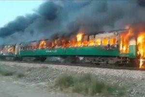 Cháy tàu nghi do nổ bình gas ở Pakistan, 70 người chết