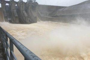 Hoàn lưu bão số 5 gây mưa lớn, thủy điện ở Huế phải xả nước sang Lào