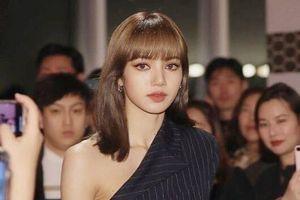 Lisa được ví như nữ thần vì luôn nổi bật, mặc đẹp mọi kiểu trang phục