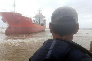Tàu chở dầu trôi dạt ở Dung Quất