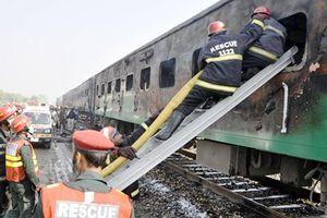 Tàu hỏa bốc cháy kinh hoàng ở Pakistan, 71 người chết