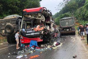 Xe khách nát đầu khi va chạm mạnh với xe tải, 6 người bị thương