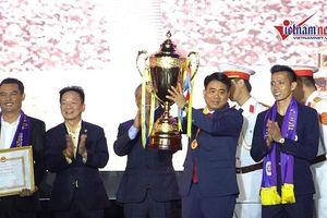 CLB Hà Nội tặng cúp V. League tri ân người hâm mộ Thủ đô