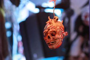 Treo hình đầu người ở phố Tây Bùi Viện trong đêm Halloween