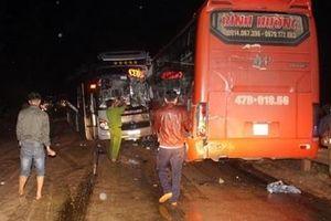 Tai nạn liên hoàn giữa 3 ôtô khách trong đêm