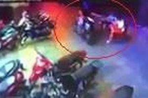 Tên cướp giật điện thoại trong 2 giây ở TP.HCM
