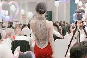 Cô dâu lưng trần trong đám cưới lộ mặt khiến nhiều người 'ngã ngửa'
